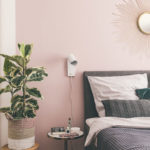 Schlafzimmer mit Boxspringbett und rosa Wand