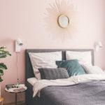 graues Boxspringbett vor rosa Wand