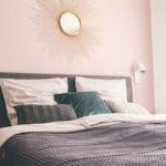 Sonnenspiegel an rosa Wand im Schlafzimmer