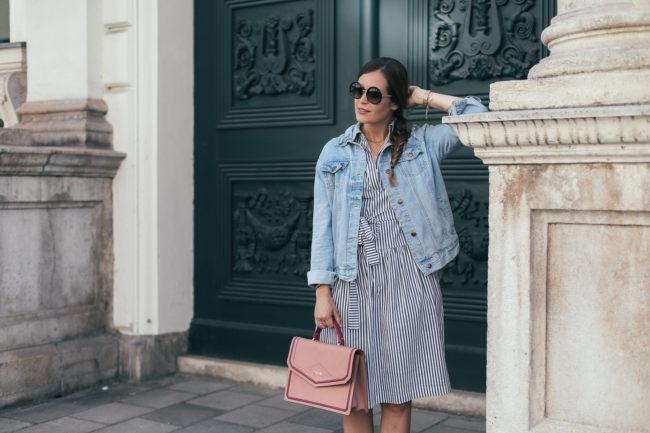 Sommerlook mit Blusenkleid, Jeansjacke und gelben Pumps