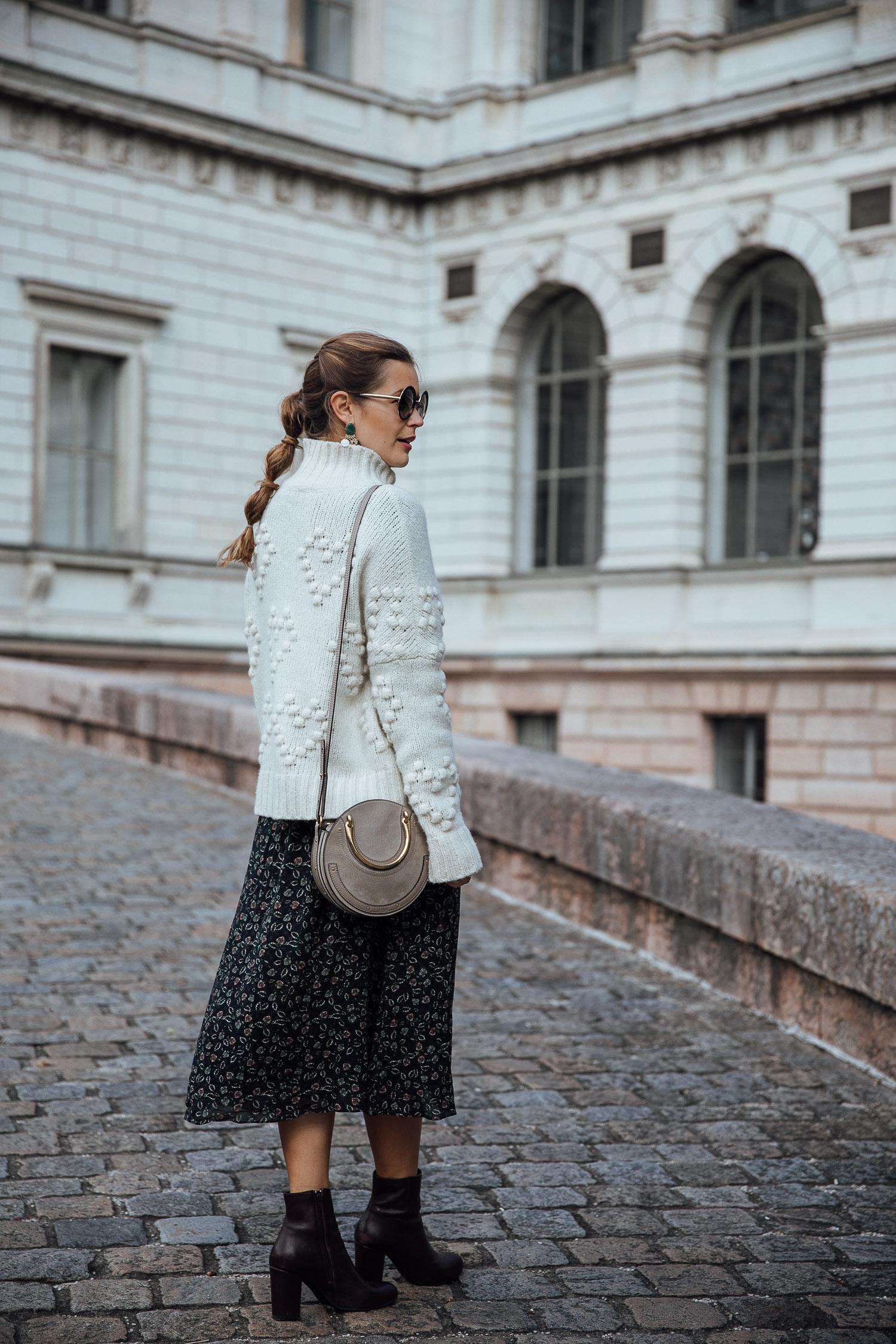 herbstlook mit midikleid und oversize pullover - josie loves