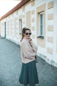 Herbstlook mit Strickpullover und Wollrock
